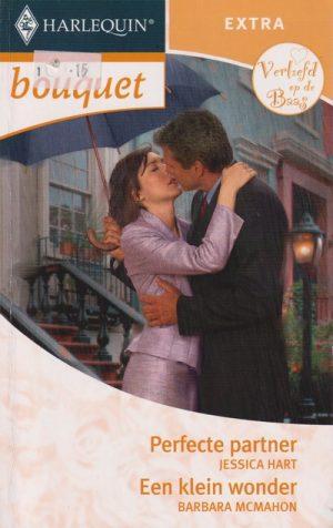 man vrouw kussen onder paraplu regen oude gebouwen lila pakje harlequin bouquet extra verliefd op de baas
