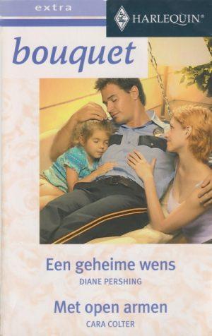 man in politie uniform ligt op schommelbank met klein meisje en vrouw zit ernaast harlequin bouquet extra