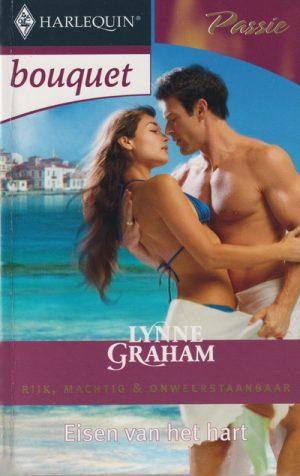 Kaft boek man en vrouw in omhelzing aan strand op achtergrond helder blauw meer en witte mediterrane huisjes Lynne Graham Eisen van het hart Bouquet 2931