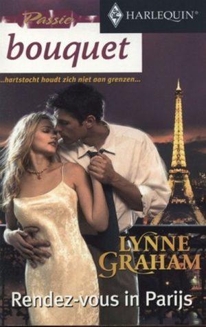 vrouw satijn room kleurige jurk man kust haar achtergrond de Eiffeltoren