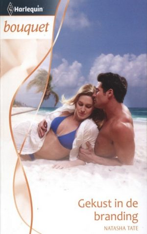man en vrouw in blauwe bikini liggen op strand palmbomen achtergrond