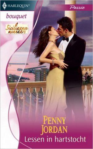 kaft boek man en vrouw kussen elkaar bij balustrade van balkon op achtergrond de zee Penny Jordan Lessen in hartstocht Bouquet 3215
