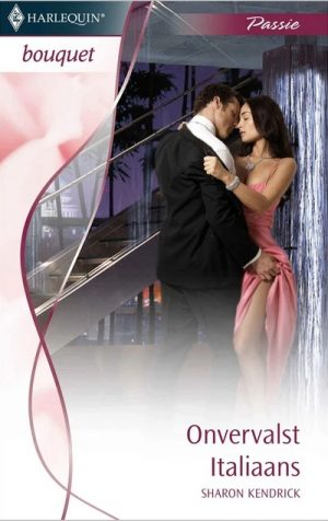vrouw roze jurk staat tegen muur man tilt rok op van jurk kust haar